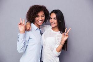 deux copines montrant deux doigts signe photo