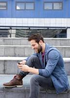 jeune homme, messagerie texte, sur, téléphone portable photo