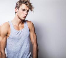 élégant jeune bel homme. portrait de mode studio. photo