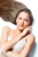 belle femme aux cheveux longs raides