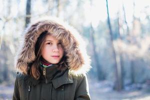 la jeune fille dans une capuche en fourrure.