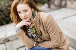jeune femme cheveux roux photo
