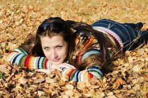 la belle fille sur la promenade d'automne