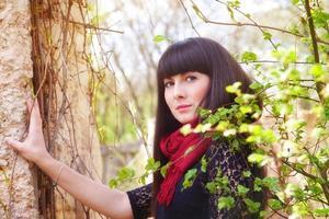 portrait de jeune fille dans le parc du printemps photo
