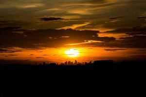 Coucher de soleil silhouettes abstraites dans la ville, dessin au trait monochrome