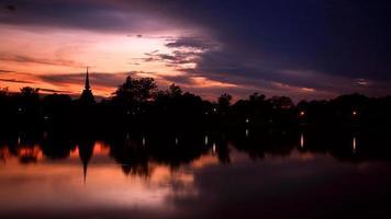 ciel crépusculaire et pagode silhouette