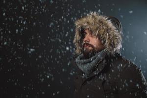 bel homme dans la tempête de neige photo