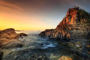 Plaque de roche basaltique en terrasses à la mer de Phu Yen, Vietnam, photo