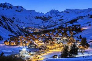 village de nuit en hiver