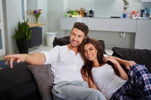 couple de détente sur un canapé photo