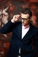 bel homme d'affaires moderne dans des verres photo