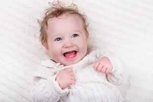 petite fille sur une couverture tricotée photo