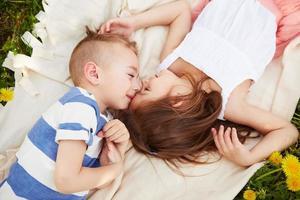 fille couchée avec le garçon photo