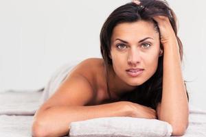 belle femme allongée sur une chaise longue de massage photo