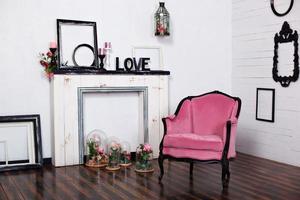 Fauteuil vintage en velours dans une pièce lumineuse photo