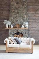 salon confortable avec décoration écologique