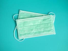 deux masques verts sur fond bleu photo