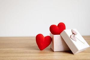 Saint Valentin présente sur table en bois photo