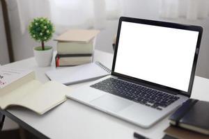 maquette d'ordinateur portable dans le bureau à domicile