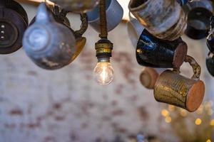 ampoule ronde illumine le décor du plafond photo