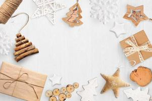 Maquette de Noël avec un décor en bois sur fond blanc photo