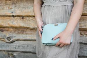fille avec sac à main bleu