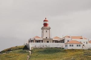 phare blanc sur une colline au portugal