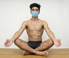 jeune beau garçon, faire du yoga photo