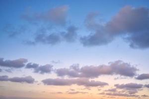 Skyline dégradé clair avec couche de nuages photo