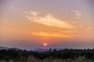 lever du soleil matin vue sur les montagnes photo