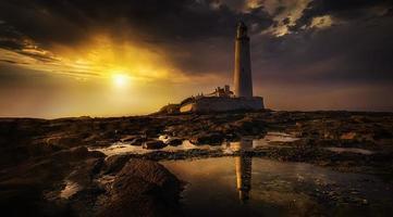 phare au coucher du soleil photo