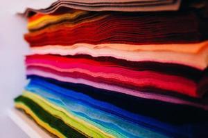 morceaux colorés de tissu empilé photo