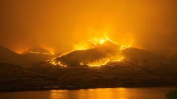 incendie de forêt sur les montagnes photo