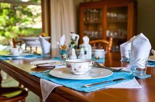 réglage de la table avec de la porcelaine fine