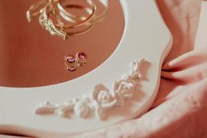 accessoires d'or sur un miroir