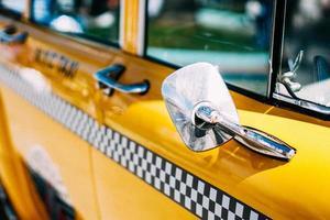 gros plan de taxi jaune