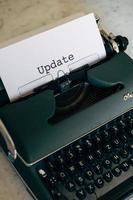 machine à écrire verte avec le mot mise à jour tapé