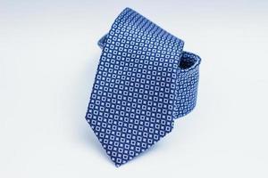 cravate bleue sur une surface blanche