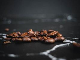 grains de café sur une surface en marbre noir