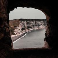vue à travers la fenêtre de la grotte jusqu'au rivage