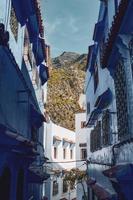 maisons et montagnes vues à travers la ruelle photo