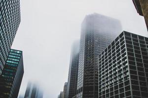 Bâtiments de gratte-ciel brumeux d'en bas