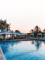 cabanes au bord d'une piscine et de la plage