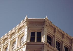 bâtiment en béton beige photo