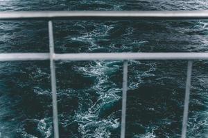 balustrade de bateau, vue à travers, au-dessus de l'eau photo