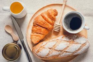 vue de dessus de table de produits de boulangerie photo
