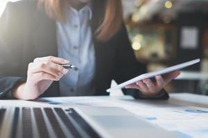 businesswoman est assis dans un café pour examiner les documents de travail