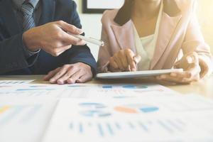 partenaires commerciaux discutant graphique au travail