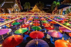 Lanternes vintage en papier coloré lumineux accroché près d'un temple bouddhiste en Thaïlande