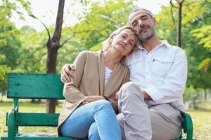 couple de détente sur un banc de parc